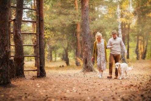 Фото Парень с девушкой и их собакой гуляют по осеннему лесу, фотограф Ирина Недялкова