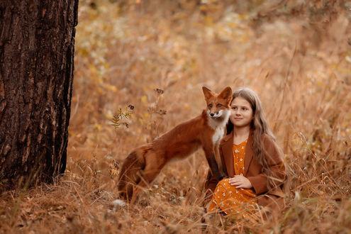 Фото Девочка сидит рядом с лисой на траве. Фотограф Соболева Юлия