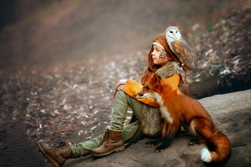 Фото Девочка сидит рядом с лисой и совой на плече. Фотограф Соболева Юлия