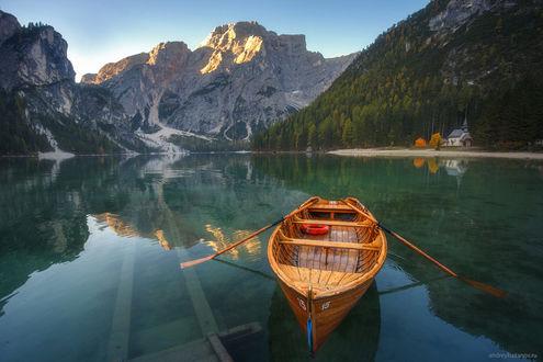 Фото Лодка с веслами на воде, фотограф Andrew Bazanov