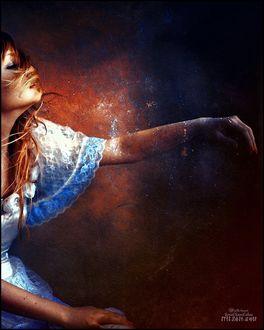 Фото Девушка держит руку перед собой. Фотограф Kemal Kamil Akca