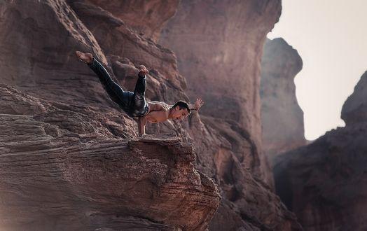 Фото Мужчина-гимнаст стоит на одной руке на выступе скалы, фотограф Баженов Денис