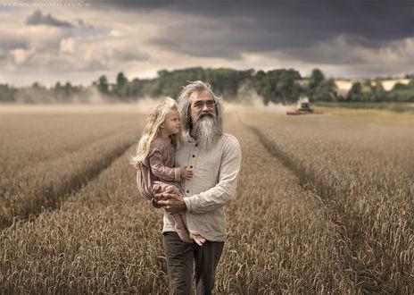 Фото Дедушка с внучкой на руках идет полю, фотограф Elena Shumilova