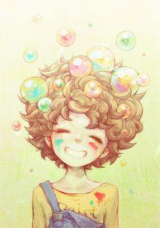 Фото Мальчик, лицо которого испачкано краской, счастливо улыбается