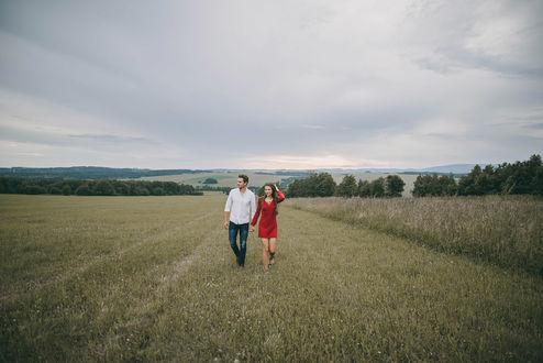 Фото Парень и девушка идут по полю, фотограф Jiri Tulach