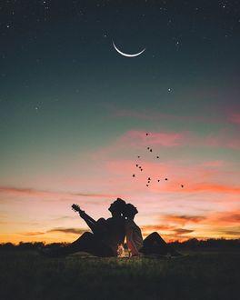 Фото Влюбленные сидят на фоне ночного неба с месяцем, by bryanadamc