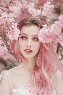 Фото Девушка стоит у весенней цветущей ветки, by thefirebomb