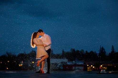 Фото Девушка с парнем стоят на фоне ночных огней. Фотограф Sergey Bidun
