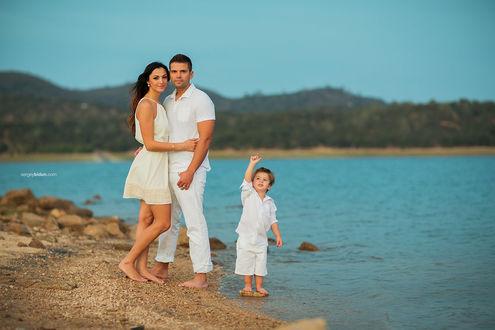 Фото Счастливая семья стоит у воды. Фотограф Sergey Bidun