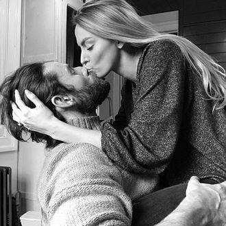 Фото Девушка и парень целуются