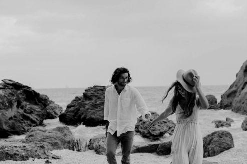 Фото Влюбленные гуляют по побережью