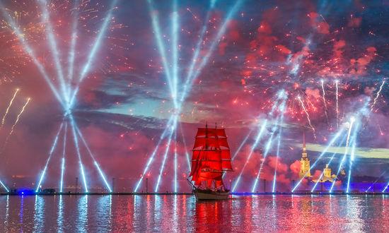 Фото Корабль с алыми парусами на фоне салюта. Фотограф Сергей Крылов