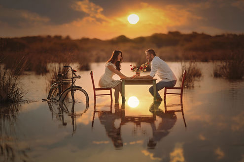 Фото Парень и девушка сидят за столиком, находящимся в воде. Фотограф Durdali Dalgin