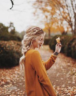 Фото Девушка с осенним листиком в руке