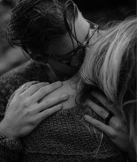 Фото Парень в очках целует девушку