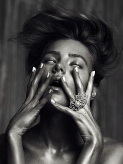 Фото Девушка держит руки у лица, by Lina Tesch