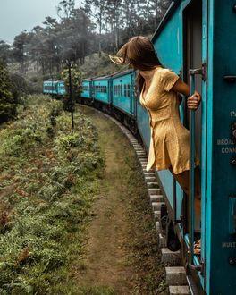 Фото Девушка смотрит в конец поезда