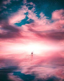 Фото Мужчина в лодке на воде, на фоне облачного неба