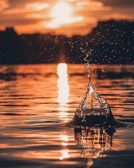 Фото Всплеск воды на фоне заката