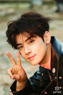Фото Певец, модель и актер Cha Eun Woo / Ча Ын У показывает жест V, участник k-pop группы Astro, Южная Корея
