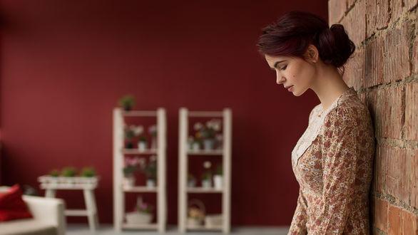 Фото Модель Alice / Алиса стоит у стены. Фотограф Вячеслав Щербаков