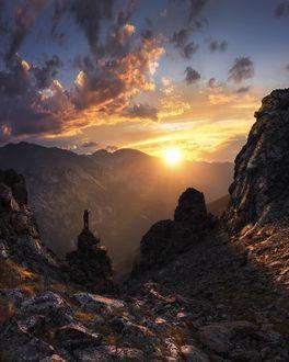 Фото Девушка встречает рассвет в горах, by Ben Strauss