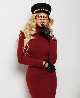 Фото Модель Nata Lee в очках, в красном платье, перчатках и фуражке, фотограф Sasha Cosmos