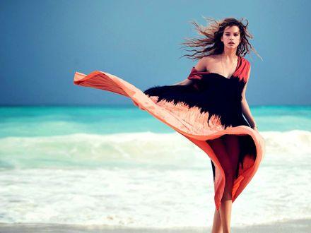 Фото Модель Barbara Palvin / Барбара Палвин cтоит на фоне моря