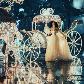 Фото Девушка в длинном белом платье стоит у кареты, by Jovana Rikalo