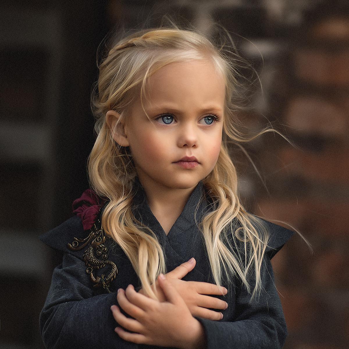 Фото Симпатичная девочка с серьезным выражением лица. Фотограф Елена Михайлова