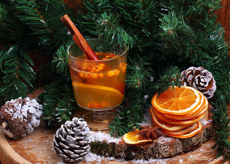 Горячий напиток из облепихи, шишки и елочные ветки. Фотограф Марина Володько