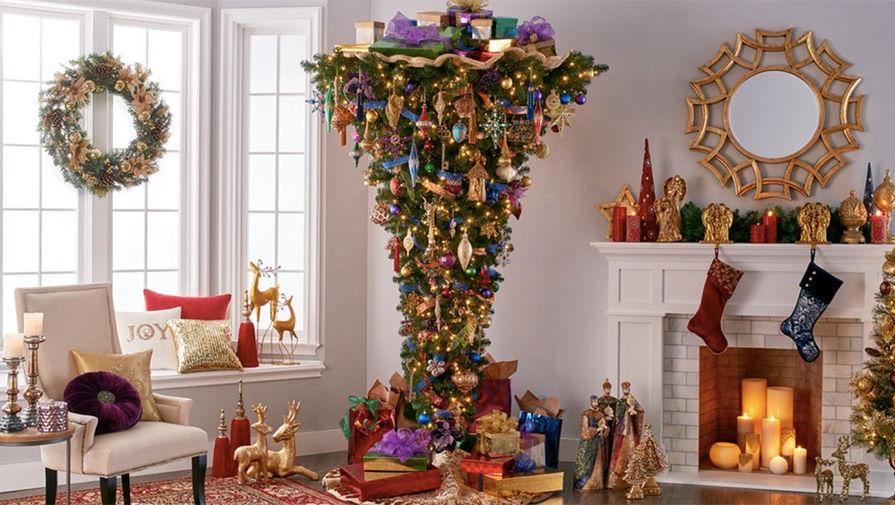 Интересная и оригинальная Новогодняя елка в нарядной комнате с подарками и камином