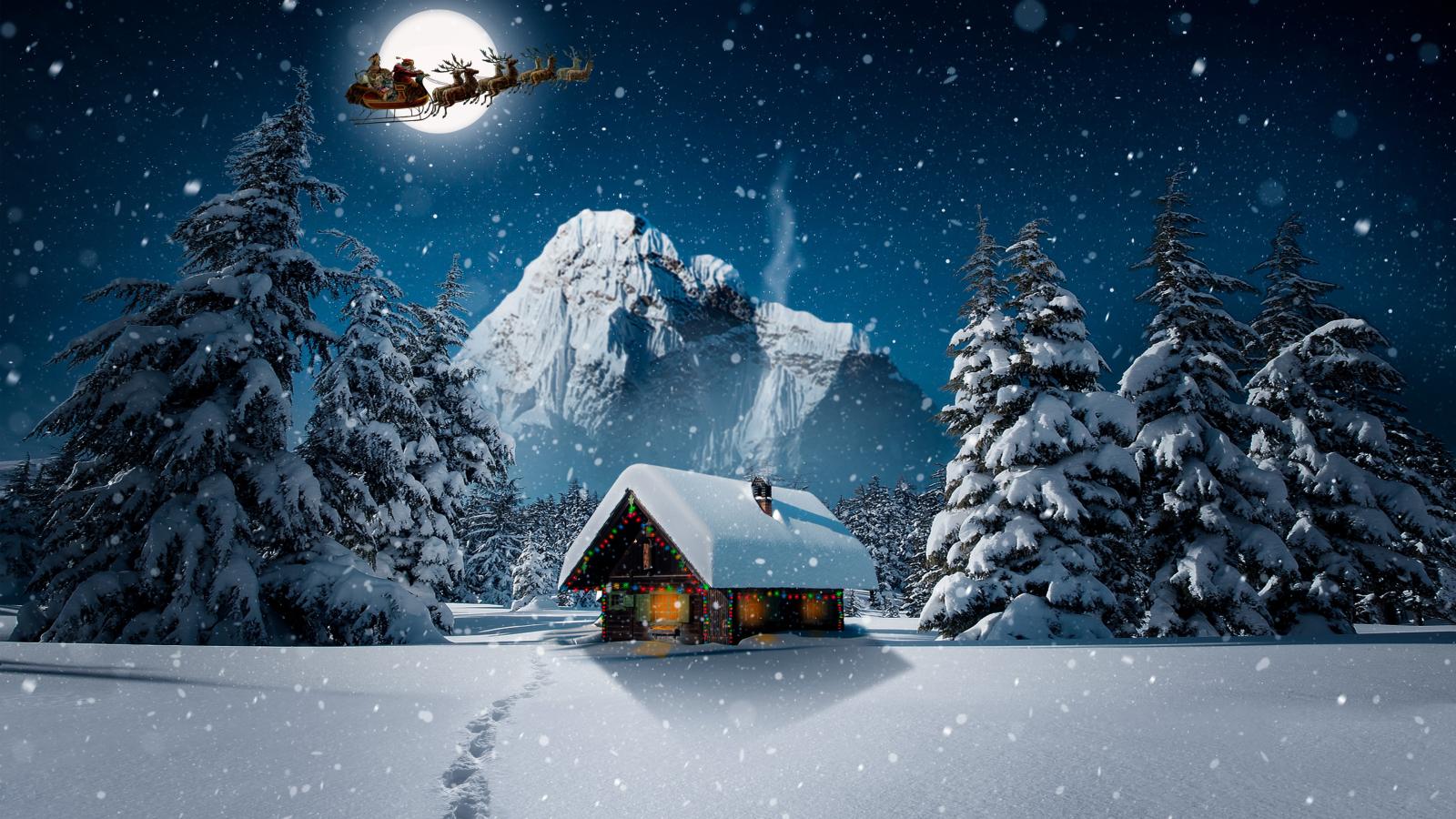 Санта-Клаус / Santa Claus летящий в санях, запряженной оленями, в ночном лунном небе над деревянным наряженным домиком, стоящим среди заснеженных елей на фоне горы, покрытой снегом
