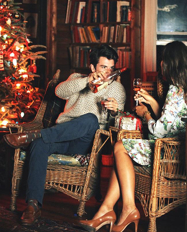Фото Киль Джеймс Патрик и Сара Виккерс сидят в комнате с елкой, by Kiel James Patrick