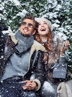 Фото Девушка с парнем в лесу под снегом