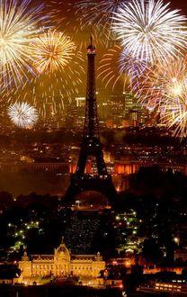 Фото Салют в Париже в небе на Эйфелевой башней