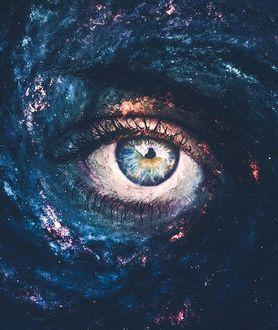 Фото Глаз девушки на фоне космоса