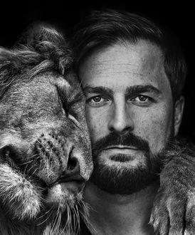 Фото Лев обнимает мужчину, by Marcel van Luit