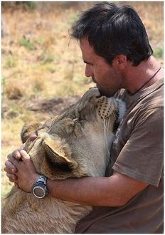 Фото Кевин Ричардсон / Kevin Richardson обнимает львицу
