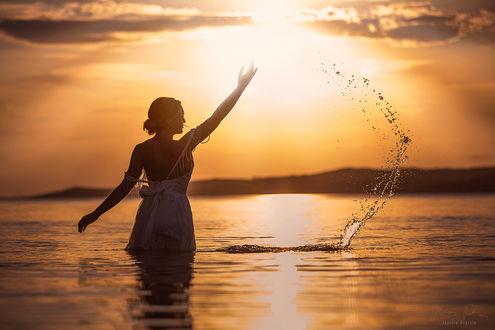 Фото Девушка стоит в воде на фоне заката, by Jessica Drossin