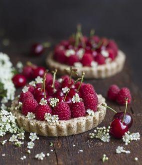 Фото Десерт с малиной и мелкие белые цветы на столе, by artrawpaulina
