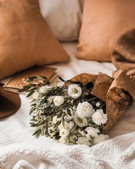 Фото Букет цветов на постели