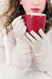 Фото В руках девушки красная чашка