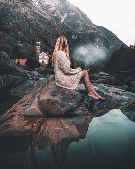 Фото Девушка сидит у воды на камне на фоне природы, by marcelsiebert