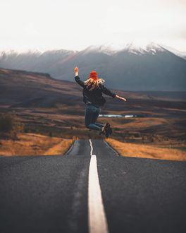 Фото Девушка в прыжке над дорогой, by marcelsiebert