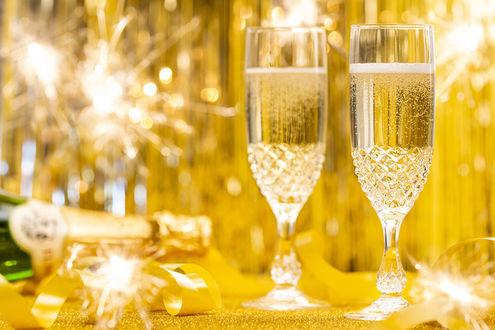 Фото Бокалы шампанского на желтом фоне