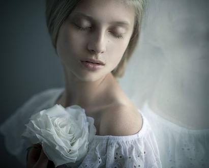 Фото Девушка с закрытыми глазами с белой розой в руке. Фотограф Magdalena Berny