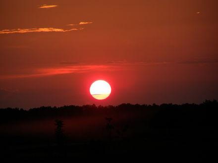 Фото Солнце медленно опускается за горизонт