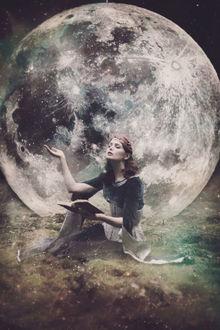 Фото Девушка сидит на фоне полной луны с книгой в руке, фантазии от Ezo Oneir / Эзо Онэир