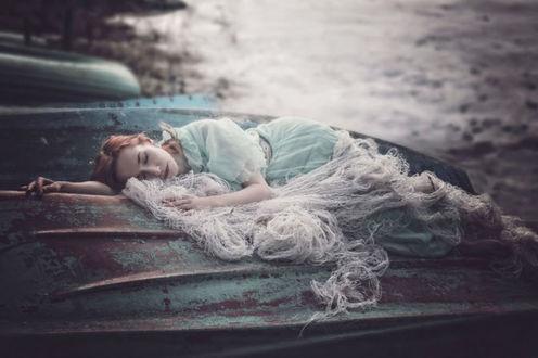 Фото Девушка лежит на перевернутой лодке, by Ezo Oneir / Эзо Онэир